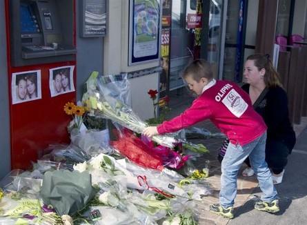 sur-les-lieux-du-crime-hier-des-habitants-de-montauban-continuaientde-deposer-bougies-et-bouquets-de-fleurs-les-parents-du-caporalabel-chennouf-25-ans-et-sa-compagne-ence.jpg